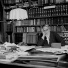 Mariano Fortuny y Madrazo nella sua biblioteca di Palazzo Pesaro-Orfei, oggi Palazzo Fortuny (1940 ca.).