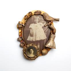 Barbara Paganin Spilla n.9, 2011 – 2013 Argento ossidato, fotografie, opali gialli, oro Fotografia di Alice Pavesi Fiori